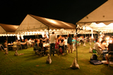 夜テントで食事をしている写真