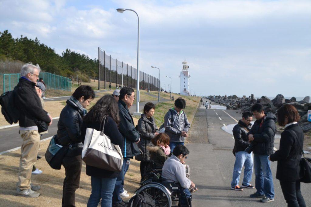 2012年3月11日に若洲海浜公園で実施したユニウォーク 東日本大震災が発生した同じ時刻に黙祷を捧げる